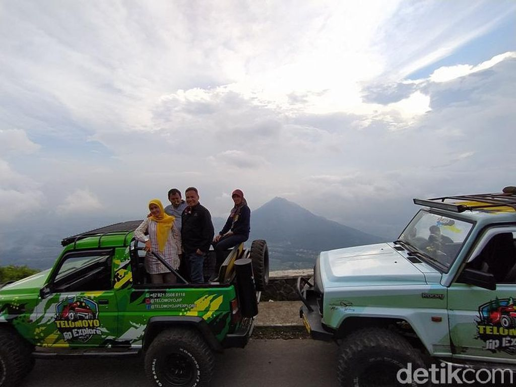 Mengejar Sunrise dengan Naik Mobil Jip di Gunung Telomoyo