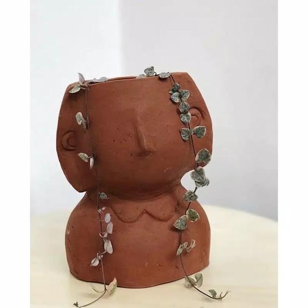 Buat kamu yang suka dengan konsep kayu-kayu, kamu bisa beli pot terracotta di Nyonya Kebun.