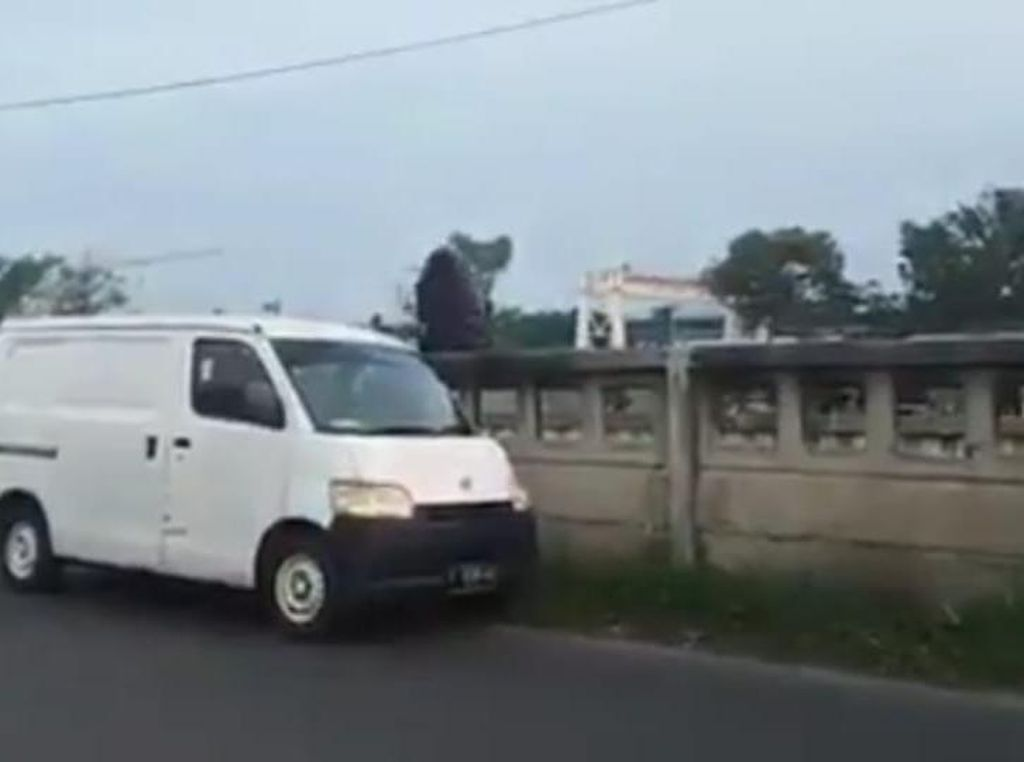 Viral Video Pemobil Buang Kantong Sampah di Kalimalang Bekasi