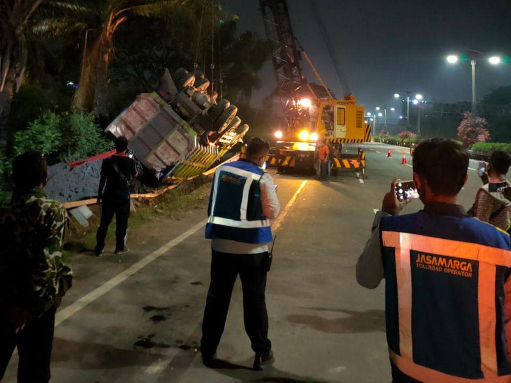 Kecelakaan Truk Terguling di Km 29 Tol Kapuk arah Bandara