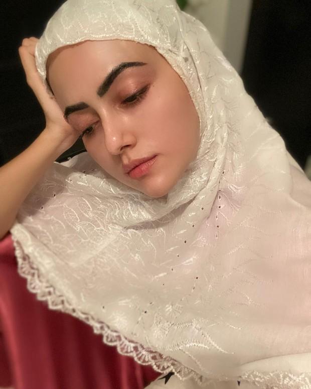 Kulit glowing nan sehat yang dimiliki Sana Khan memancarkan kecantikan.