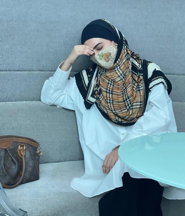 Outfit Sana Khan yang terlihat sylish nan modis dipadukan dengan masker.