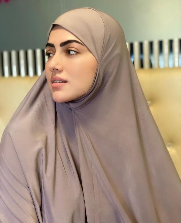 Sana Khan selebritis cantik asal Hollywood yang tetap memukau dengan makeup tipis.