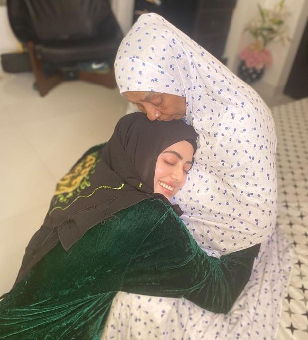 Momen kebersamaan Sana Khan dengan sang ibunda yang terlihat penuh kasih sayang.