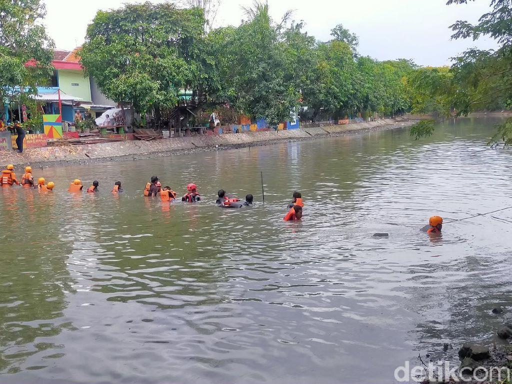 Bocah 14 Tahun yang Tenggelam di Sungai Kalimas Belum Ditemukan
