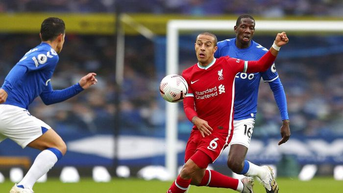 Liverpools Thiago, 6, competes for the ball with Evertons Abdoulaye Doucoure, right, during the English Premier League soccer match between Everton and Liverpool at Goodison Park stadium, in Liverpool, England, Saturday, Oct. 17, 2020. (Cath Ivill/Pool via AP)