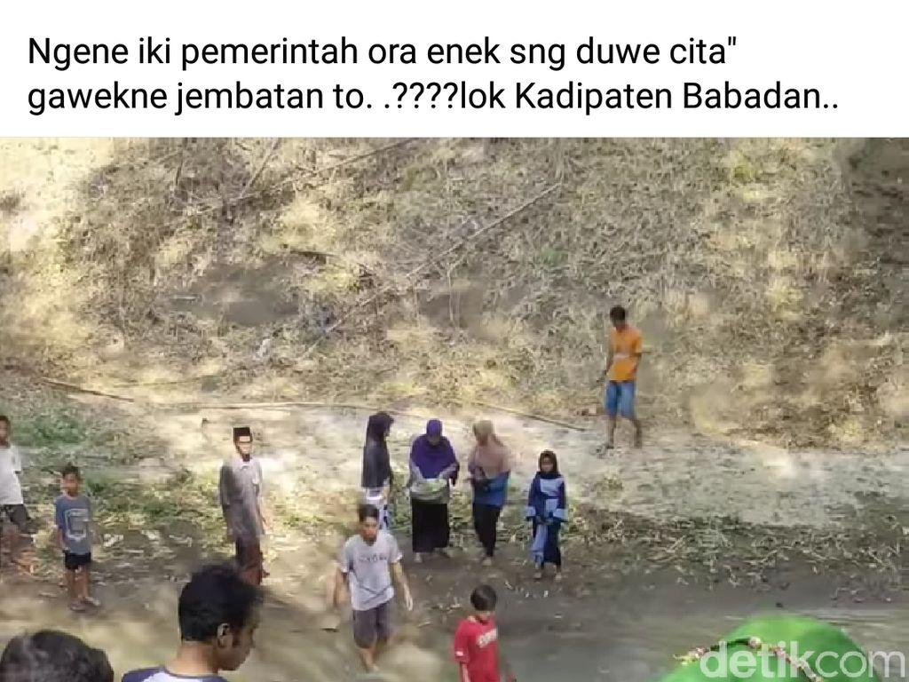 Video Geger Warga Ponorogo Gotong Jenazah Lewati Sungai-Jalan Ekstrem