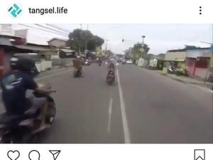 Bahaya Naik Motor ala Superman di Jalan Raya Cuma buat Cari Perhatian