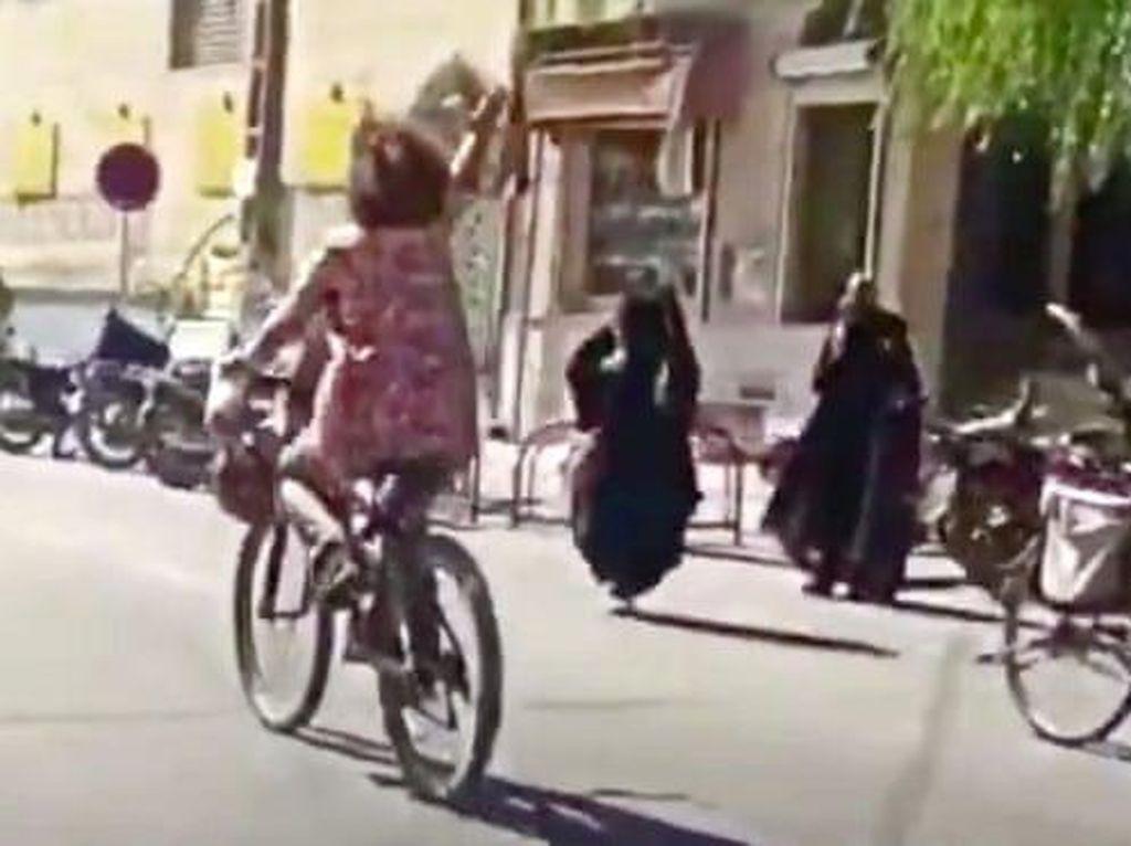 Tak Pakai Jilbab Saat Bersepeda, Wanita di Iran Ditangkap