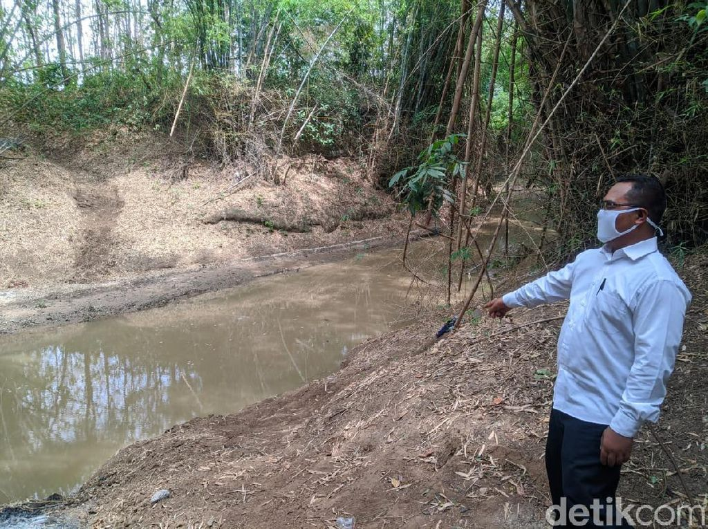 Warga Ponorogo Ini Gotong Jenazah Menyeberangi Sungai Sejak Dulu
