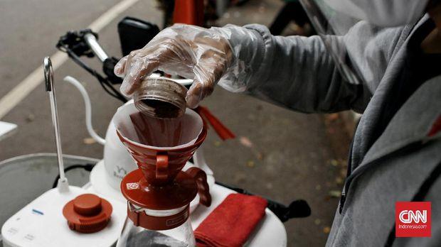 Berbekal sepeda listrik, mobile coffee atau kopi keliling ini bisa menjajakan gerainya di berbagai tempat. Rabu (21/10/2020). CNN Indonesia/Andry Novelino