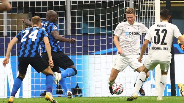 MILAN, ITALY - OCTOBER 21:  Romelu Lukaku (2nd L) of FC Internazionale scores the opening goal during the UEFA Champions League Group B stage match between FC Internazionale and Borussia Moenchengladbach at Stadio Giuseppe Meazza on October 21, 2020 in Milan, Italy.  (Photo by Marco Luzzani/Getty Images)