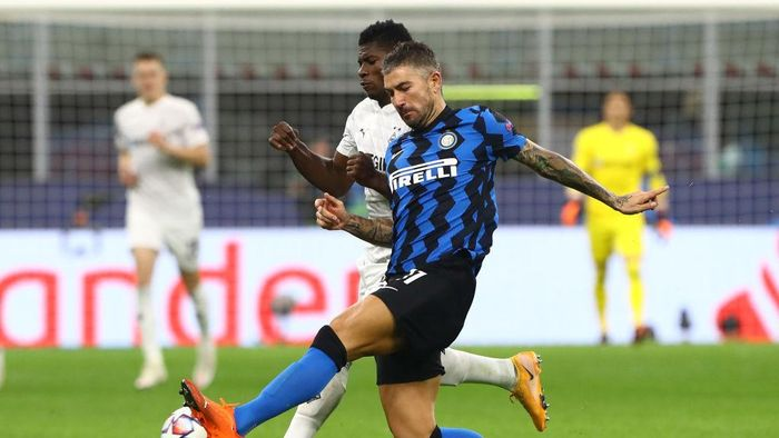 MILAN, ITALY - OCTOBER 21:  Aleksandar Kolarov of FC Internazionale competes for the ball with Breel Embolo (back) of Borussia Monchengladbach during the UEFA Champions League Group B stage match between FC Internazionale and Borussia Moenchengladbach at Stadio Giuseppe Meazza on October 21, 2020 in Milan, Italy.  (Photo by Marco Luzzani/Getty Images)