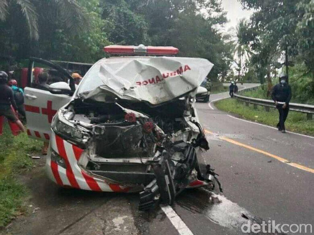 Ditabrak Truk Hilang Kendali, Ambulans Pasien COVID-19 Mamuju Ringsek