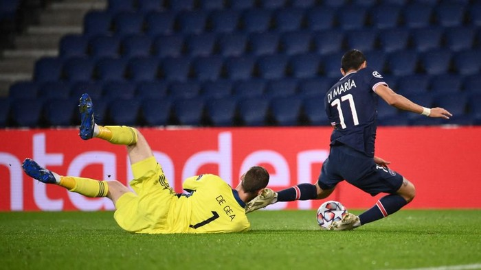 Paris Saint-Germains Argentinian midfielder Angel Di Maria (R) vies for the ball with Manchester Uniteds Spanish goalkeeper David de Gea  during the UEFA Champions League Group H first-leg football match between Paris Saint-Germain (PSG) and Manchester United at the Parc des Princes stadium in Paris on October 20, 2020. (Photo by FRANCK FIFE / AFP)