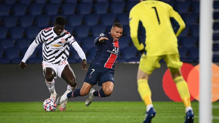 Paris Saint-Germains French forward Kylian Mbappe (C) vies for the ball with Manchester Uniteds English defender Axel Tuanzebe  (L) during the UEFA Champions League Group H first-leg football match between Paris Saint-Germain (PSG) and Manchester United at the Parc des Princes stadium in Paris on October 20, 2020. (Photo by FRANCK FIFE / AFP)