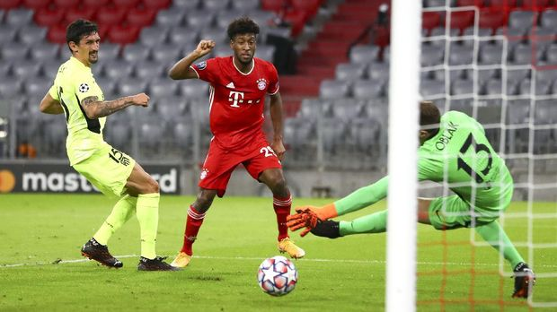 Bayern Munich's Kingsley Coman, centre, kicks the ball past Atletico Madrid's Stefan Savic, left, and goalkeeper Jan Oblak to score his team's first goal during the Champions League Group A soccer match between Bayern Munich and Atletico Madrid at the Allianz Arena in Munich, Germany, Wednesday, Oct. 21, 2020. (AP Photo/Matthias Schrader,Pool)