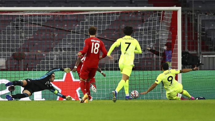 Atletico Madrids Luis Suarez, right, attempts shot on goal during the Champions League Group A soccer match between Bayern Munich and Atletico Madrid at the Allianz Arena in Munich, Germany, Wednesday, Oct. 21, 2020. (AP Photo/Matthias Schrader,Pool)