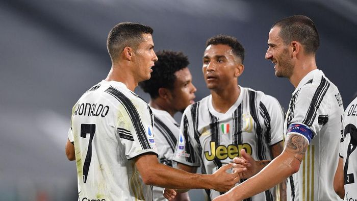 TURIN, ITALY - SEPTEMBER 20:  Cristiano Ronaldo (L) of Juventus celebrates a goal with team mate Leonardo Bonucci (R) during the Serie A match between Juventus and UC Sampdoria at Allianz Stadium on September 20, 2020 in Turin, Italy.  Photo by Valerio Pennicino/Getty Images)