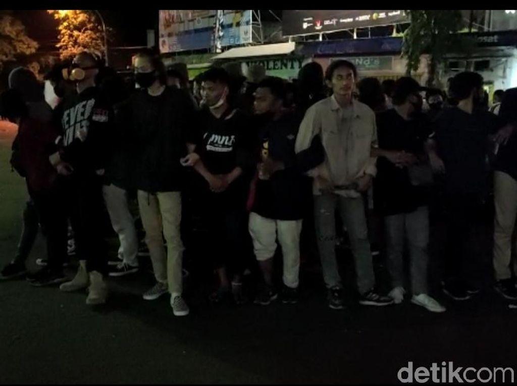 Pertanyakan Teman yang Ditangkap, Pendemo Masih Bertahan di DPRD Jember