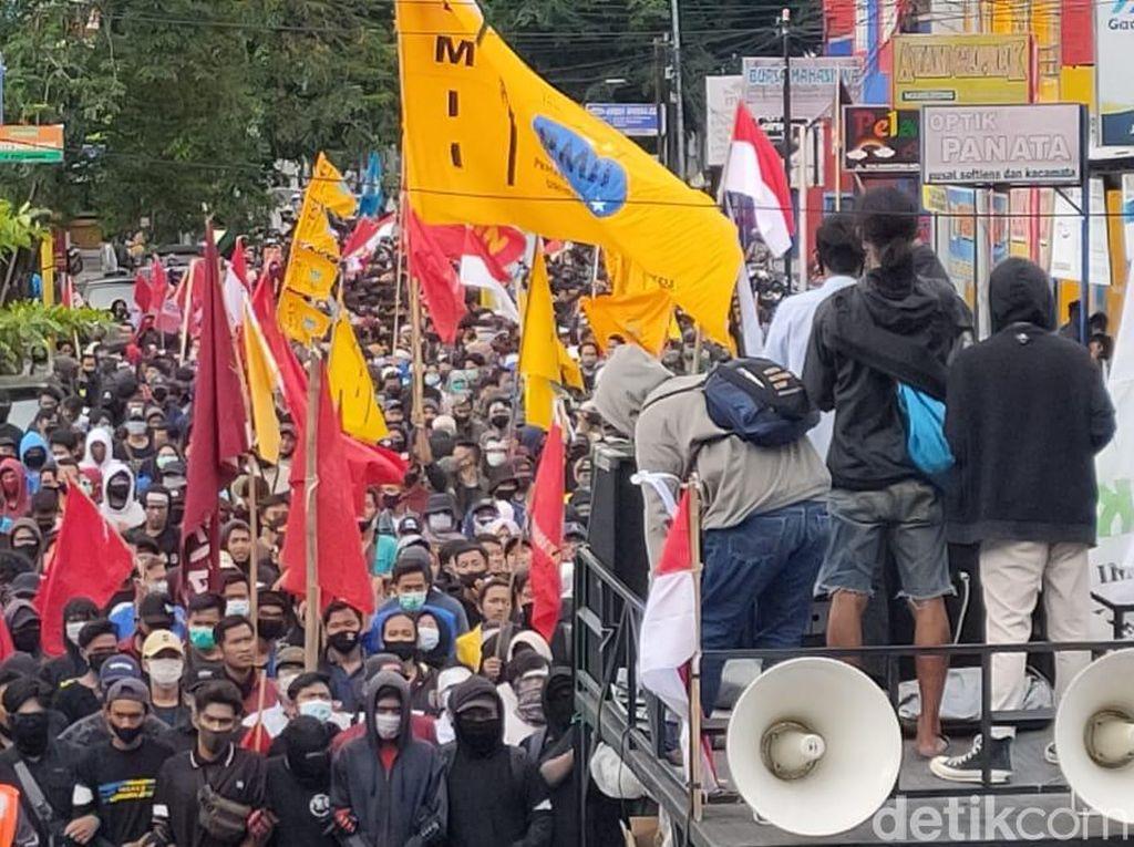Ratusan Mahasiswa Jember Kembali Demo Tolak Omnibus Law