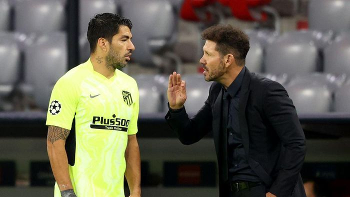 MUNICH, GERMANY - OCTOBER 21: Diego Simeone, head coach of Madrid reacts to his player Luis Suarez during the UEFA Champions League Group A stage match between FC Bayern Muenchen and Atletico Madrid at Allianz Arena on October 21, 2020 in Munich, Germany. (Photo by Alexander Hassenstein/Getty Images)