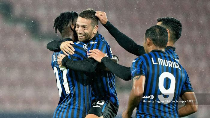 Atalantas players celebrate after Atalantas Argentine midfielder Alejandro Gomez (Papu Gomez) (C) scored a goal during the UEFA Champions League group D football match FC Midtjylland v Atalanta in Herning, Denmark on October 21, 2020. (Photo by Henning Bagger / Ritzau Scanpix / AFP) / Denmark OUT