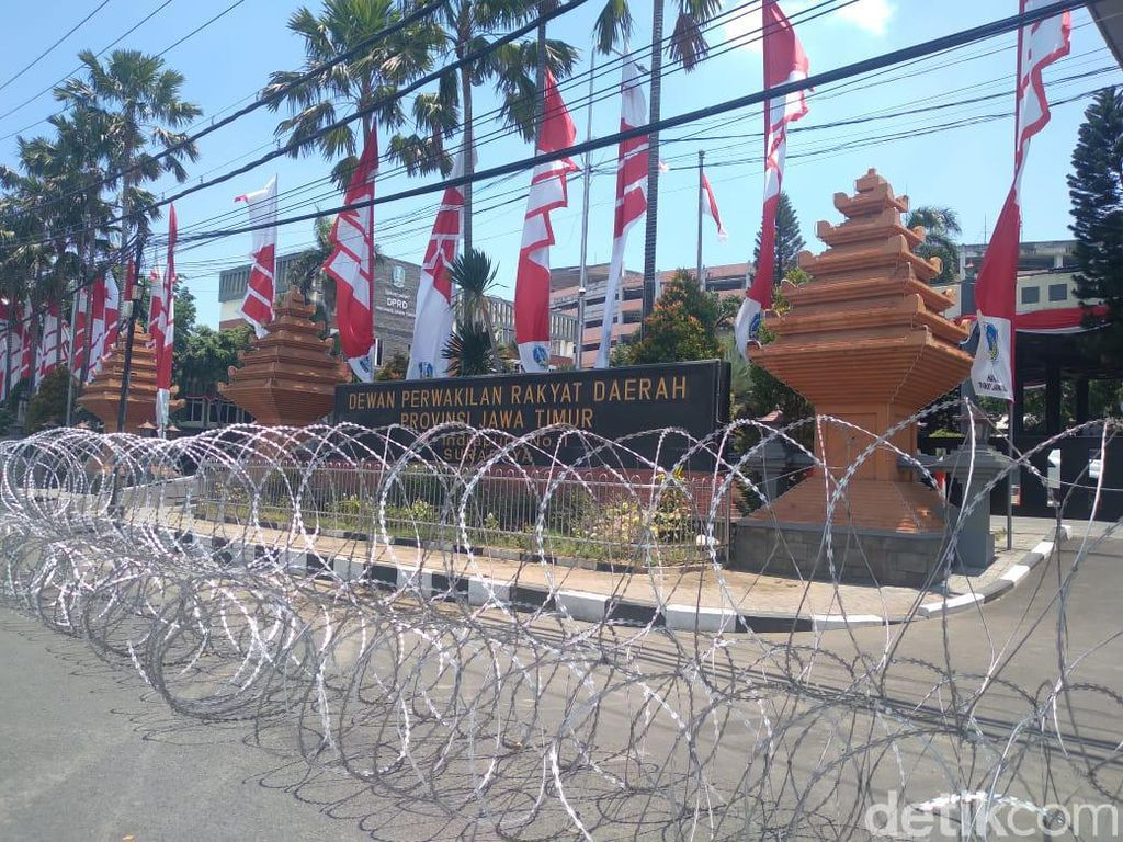 Gedung DPRD Jatim Dipasang Kawat Berduri Jelang Demo Omnibus Law