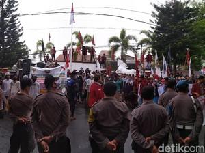 Peringatan Hari Santri Diwarnai Aksi Demo Turunkan Ketua DPRD Kuningan
