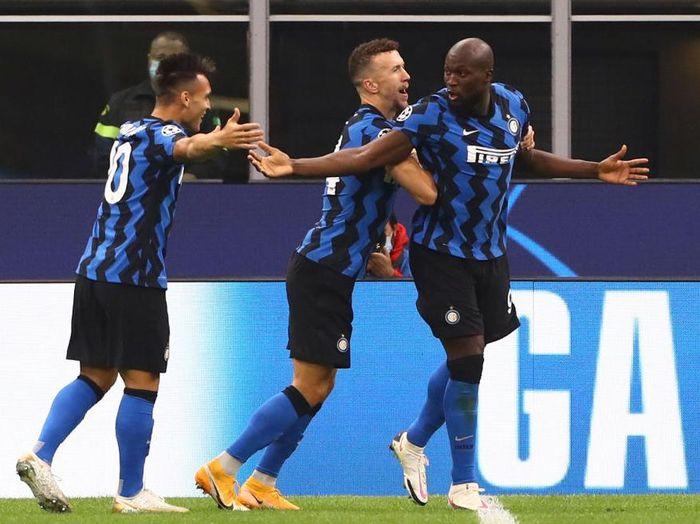MILAN, ITALY - OCTOBER 21:  Romelu Lukaku (R) of FC Internazionale celebrates with his team-mates Ivan Perisic (C) and Lautaro Martinez (L) after scoring the opening goal during the UEFA Champions League Group B stage match between FC Internazionale and Borussia Moenchengladbach at Stadio Giuseppe Meazza on October 21, 2020 in Milan, Italy.  (Photo by Marco Luzzani/Getty Images)