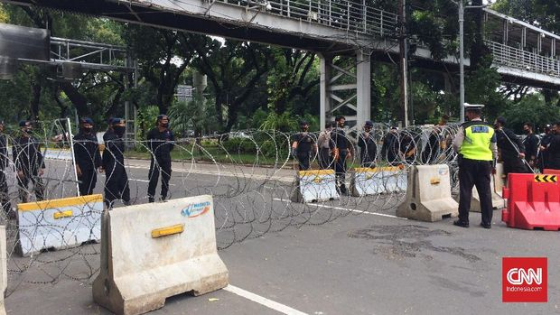 Polisi menutup jalan jelang unjuk rasa di Patung Kuda Arjuna Wiwaha saat aksi unjuk rasa tolak UU Omnibus Law, di kawasan Medan Merdeka Barat, Jakarta, Kamis (22/10).