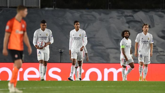 MADRID, SPAIN - OCTOBER 21: Marcelo, Raphael Varane, Luka Modric and Carlos Casimiro of Real Madrid look dejected after conceding a third goal during the UEFA Champions League Group B stage match between Real Madrid and Shakhtar Donetsk at Estadio Alfredo Di Stefano on October 21, 2020 in Madrid, Spain. The game will be played behind closed doors as a COVID-19 precaution. (Photo by Denis Doyle/Getty Images)