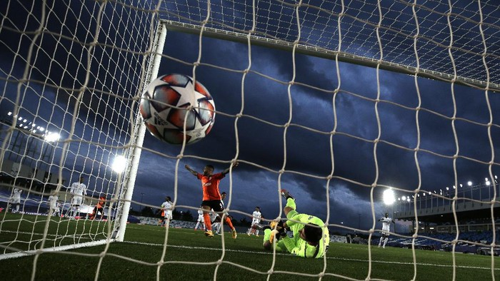 Real Madrids goalkeeper Thibaut Courtois dives but fails to save the Real Madrids Raphael Varanes an own goal during the Champions League, group B soccer match between Real Madrid and Shakhtar Donetsk at Alfredo di Stefano stadium in Madrid, Spain, Wednesday, Oct. 21, 2020. (AP Photo/Manu Fernandez)