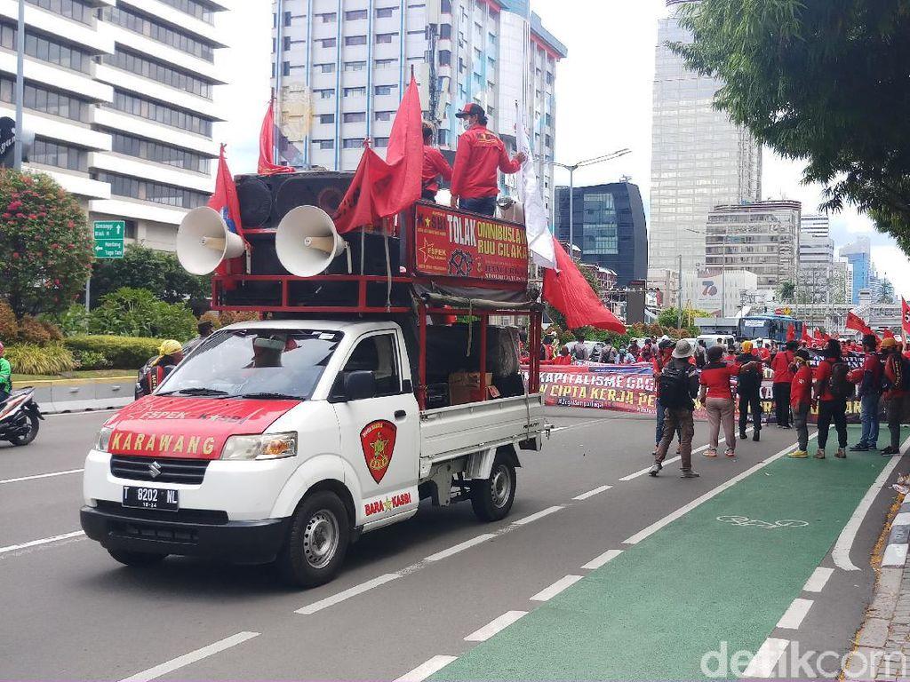 Massa Buruh Tolak Omnibus Law Long March ke Patung Kuda