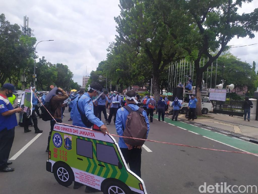 Demo Anies Tolak PHK, Pekerja Ambulans DKI Ngeluh Tak Dapat APD yang Layak
