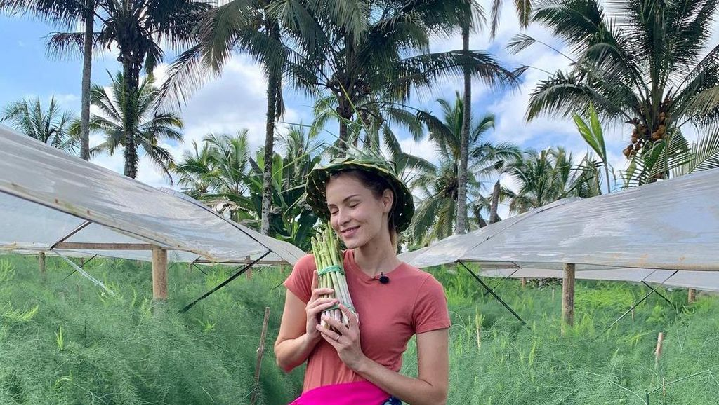 Mba Tina, Model Bule Cantik yang Hobi Masak dan Berkebun di Indonesia