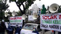 Pekerja Ambulans DKI Demo Anies Tolak PHK Saat Pandemi, Ada yang Pakai Hazmat