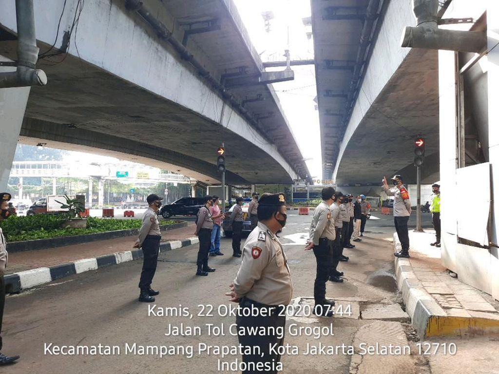 Polisi Bersiaga di Flyover Kuningan Jaksel Antisipasi Pendemo