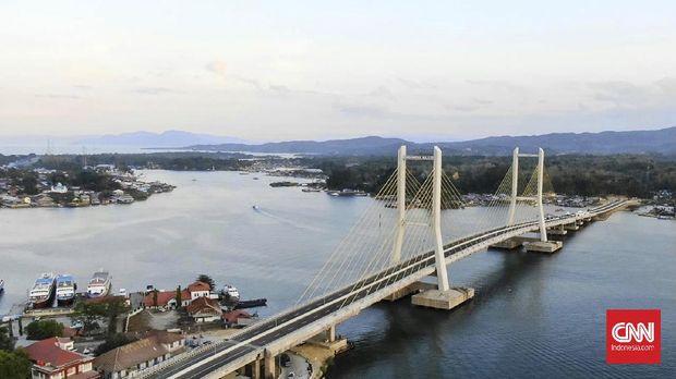 Presiden Jokowi meresmikan Jembatan Teluk Kendari, Kamis (22/10).