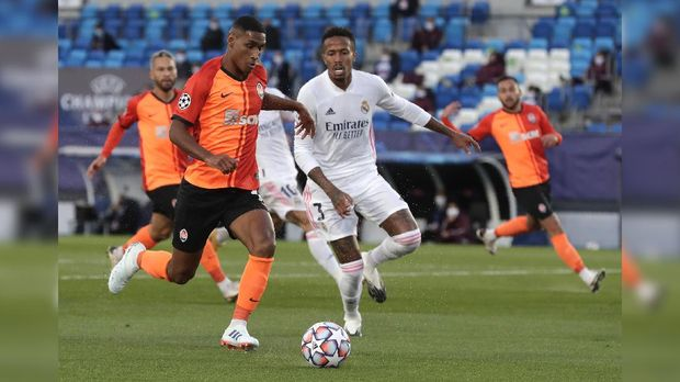 Shakhtar's Tete, left, and Real Madrid's Eder Militao challenge for the ball during the Champions League, group B soccer match between Real Madrid and Shakhtar Donetsk at Alfredo di Stefano stadium in Madrid, Spain, Wednesday, Oct. 21, 2020. (AP Photo/Manu Fernandez)