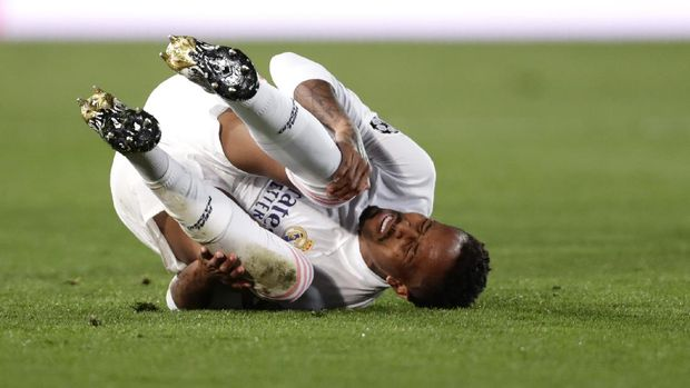 Real Madrid's Eder Militao lies on the pitch in pain during the Champions League, group B soccer match between Real Madrid and Shakhtar Donetsk at Alfredo di Stefano stadium in Madrid, Spain, Wednesday, Oct. 21, 2020. (AP Photo/Manu Fernandez)