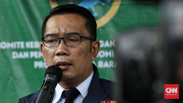 Gubernur Jawa Barat, Ridwan Kamil saat meninjau proses kesiapan Puskesmas Tapos dalam menyiapkan prosedur vaksinasi Covid-19 di Depok, Jawa Barat. CNN Indonesia/Andry Novelino