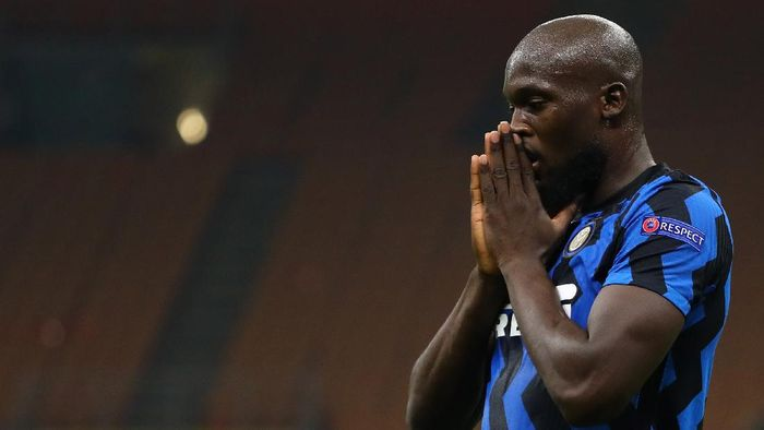 MILAN, ITALY - OCTOBER 21:  Romelu Lukaku of FC Internazionale reacts to a missed chance during the UEFA Champions League Group B stage match between FC Internazionale and Borussia Moenchengladbach at Stadio Giuseppe Meazza on October 21, 2020 in Milan, Italy.  (Photo by Marco Luzzani/Getty Images)