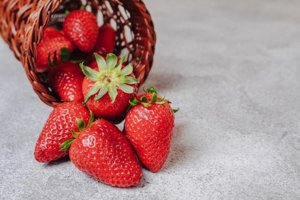 untuk mengembalikan warna bibir agar kembali cerah, kamu bisa memanfaatkan strawberry. Caranya, potong buah ini lalu oleskan pada bibir perlahan-lahan secara merata.