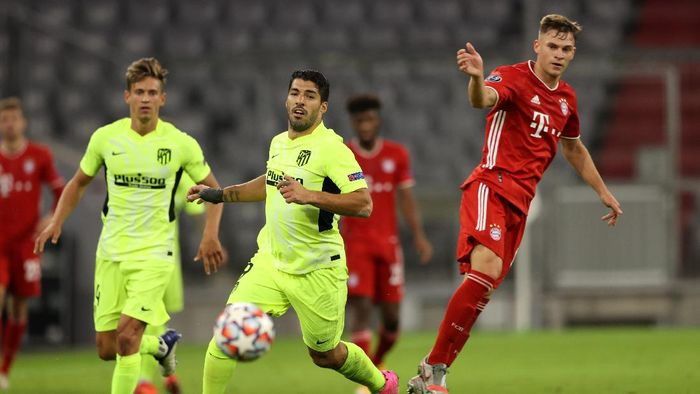 MUNICH, GERMANY - OCTOBER 21: Joshua Kimmich of FC Bayern Munich battles for possession with Luis Suarez of Atletico de Madrid during the UEFA Champions League Group A stage match between FC Bayern Muenchen and Atletico Madrid at Allianz Arena on October 21, 2020 in Munich, Germany. The game will be played behind closed doors as a COVID-19 precaution. (Photo by Alexander Hassenstein/Getty Images)