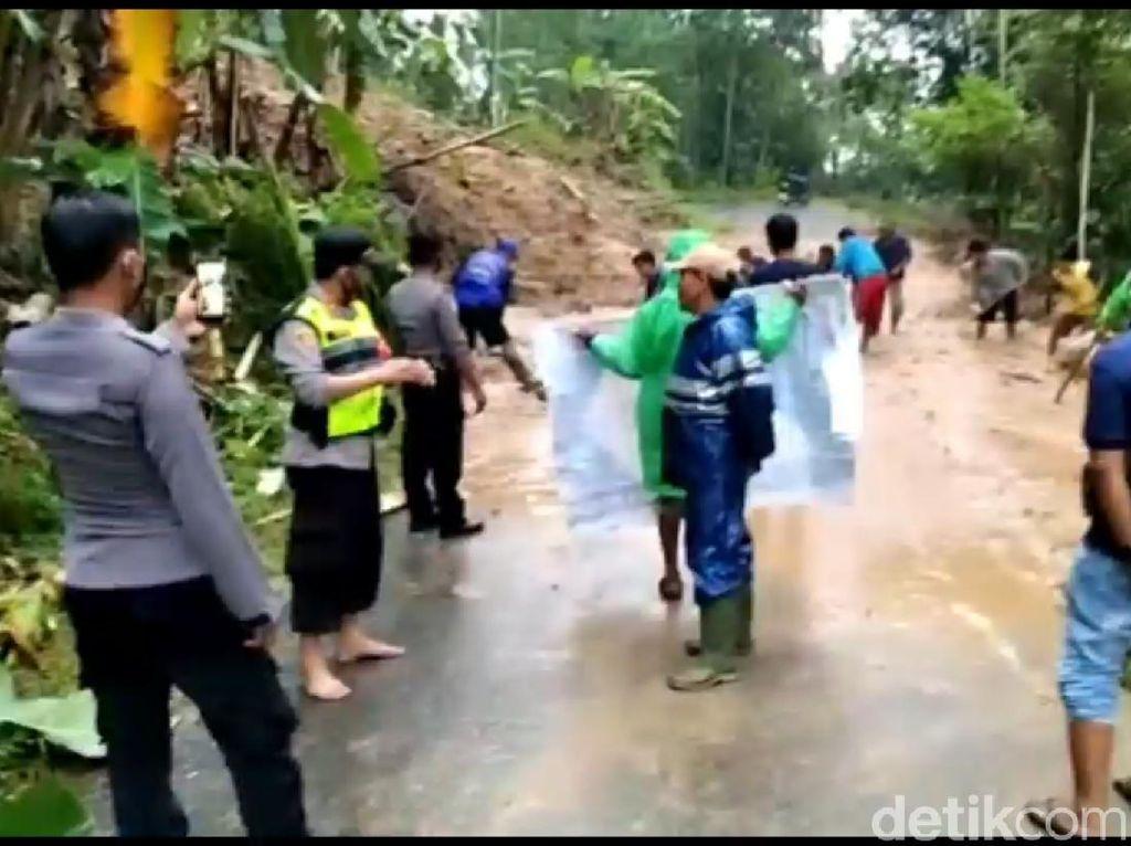 Longsor Menerjang Tasikmalaya, Sawah dan Jalan Tertimbun Tanah