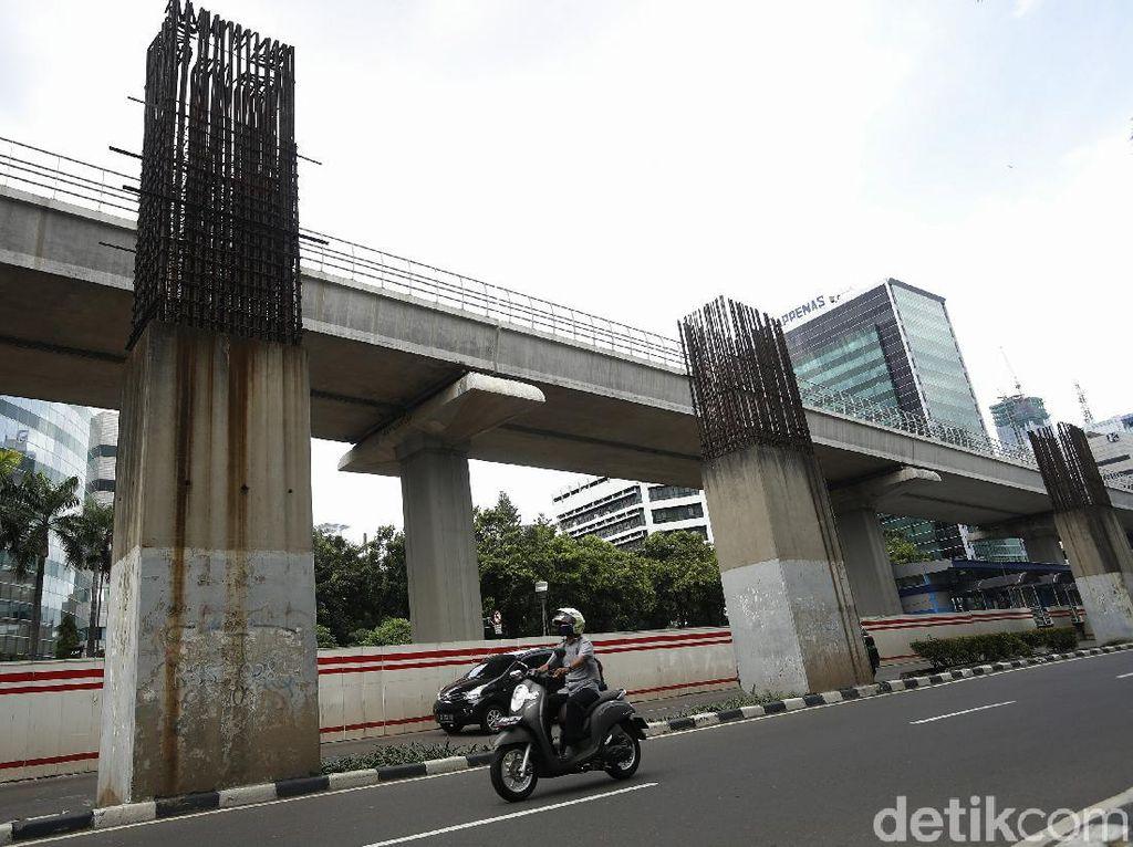 Mangkrak Belasan Tahun, Tiang Monorel Senggol Proyek LRT Jabodebek