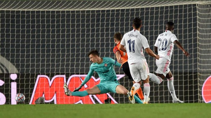MADRID, SPAIN - OCTOBER 21: Vinicius Junior of Real Madrid scores his sides second goal during the UEFA Champions League Group B stage match between Real Madrid and Shakhtar Donetsk at Estadio Alfredo Di Stefano on October 21, 2020 in Madrid, Spain. The game will be played behind closed doors as a COVID-19 precaution.  (Photo by Denis Doyle/Getty Images)
