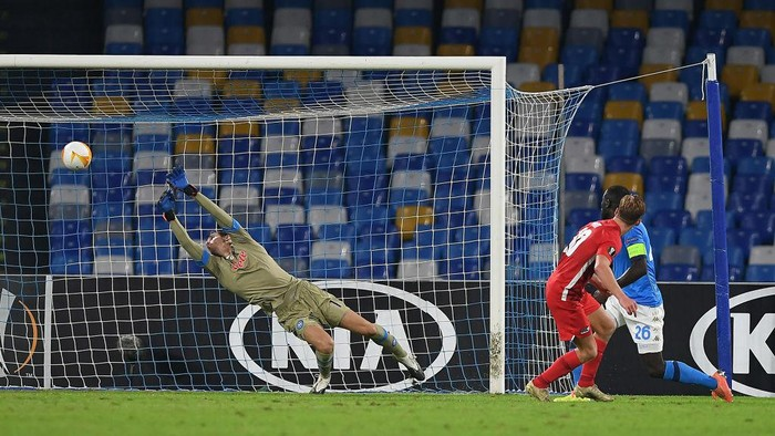 NAPLES, ITALY - OCTOBER 22: Dani de Wit of AZ Alkmaar scores the 0-1 goal during the UEFA Europa League Group F stage match between SSC Napoli and AZ Alkmaar at Stadio San Paolo on October 22, 2020 in Naples, Italy. (Photo by Francesco Pecoraro/Getty Images)