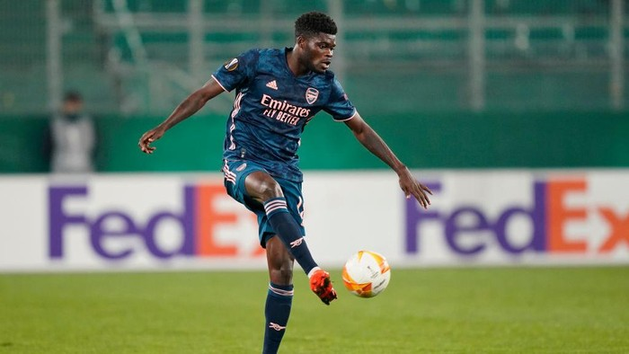 VIENNA, AUSTRIA - OCTOBER 22: Thomas Partey of Arsenal controls the ball during the UEFA Europa League Group B stage match between Rapid Wien and Arsenal FC at Allianz Stadion on October 22, 2020 in Vienna, Austria. Rapid Wien are allowing a limited number of 3000 spectators to be in attendance as Covid-19 pandemic restrictions are eased.  (Photo by Chris Hofer/Getty Images)